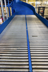 Roller conveyor for transporting crates