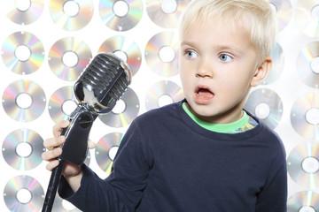 Śpiewający mały chłopiec