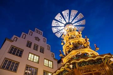 Eine Pyramide auf dem Rostocker Weihnachtsmarkt.
