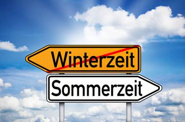 Wegweiser mit Winterzeit und Sommerzeit