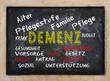Konzept Alt werden Demenz und Pflege Tafel mit Schrift
