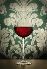 Rotweinglas in elegantem Ambiente