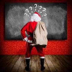 Santa steht ratlos vor Wandtafel
