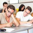 Schüler schreibt ab während Prüfung