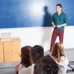 Junger Professor gibt Unterricht
