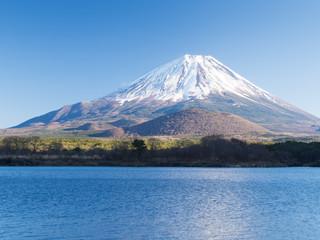 精進湖畔からの子抱き富士