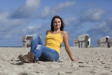 Schöne Frau am Strand