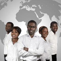 Afrikanische Geschäftsleute mit Weltkarte