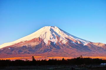 朝日を浴びた富士山