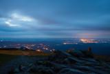 Jelenia Góra nocą z gór