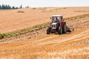 alter Traktor beim pflügen