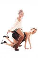 Zwei Frauen mit Sattel