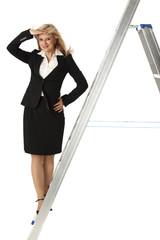 Businessfrau auf einer Leiter auf weiß
