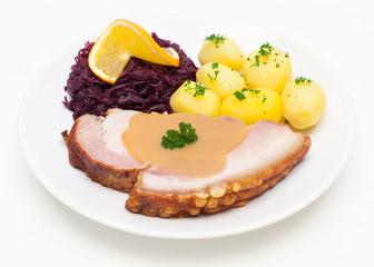 Krustenbraten mit Rotkohl und Kartoffeln