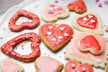 Liebevoll dekorierte Kekse in Herzform