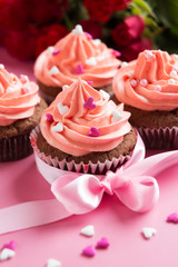 Mit Zuckerherzen dekorierte Cupcakes