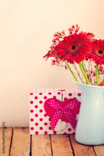 Foto op Aluminium Gerbera Gerbera daisy flower bouquet with gift box