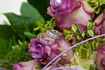 lila purple Brautstrauus mit Hochzeitsringen Bouquet