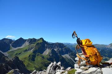Berge, Rucksack, Wanderstöcke