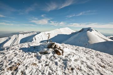 Paesaggio di montagna con cime ricoperte di neve