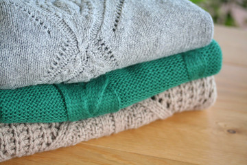 una pila di maglioni colorati in lana