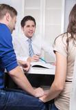 Junges Paar in einem Beratungsgespräch beim Berater