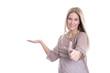 Frau isoliert präsentiert ein neues Produkt - lachend mit Daumen