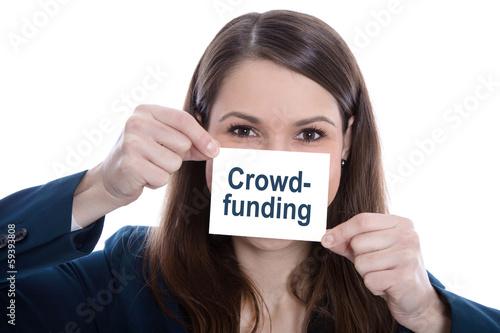 """Frau mit einem Werbeschild in der Hand """"Crowdfunding"""""""