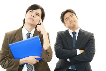 悩む二人のビジネスマン