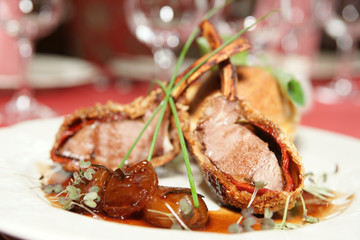 Rack of lamb with caramelized onions and bread