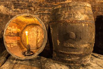 Kerze im alten Weinfass