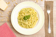 Spaghetti mit Pesto auf einem Teller