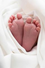 Babyfüsse in der Decke