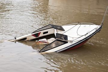 Barca a motor hundida