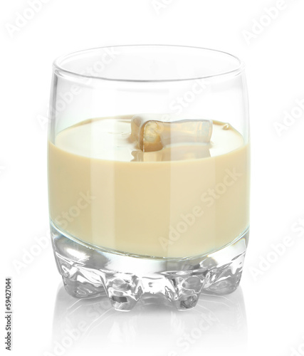 Papiers peints Cocktail Baileys liqueur in glass isolated on white