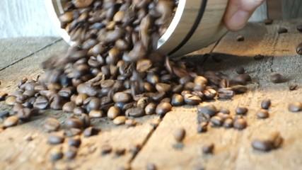 Arabica Kaffeebohnen werden aus Fass gekippt