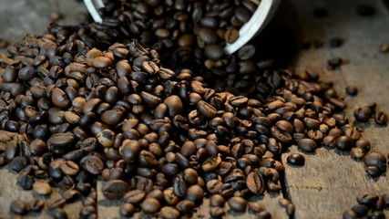 Holzuntergrund mit Arabica Kaffeebohnen Ausgeschüttet