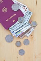 Reisepass mit verschiedenen Waehrungen
