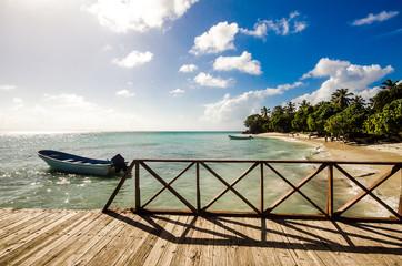 Blick von Bootssteg in der Karibik (Cayo Levantado)