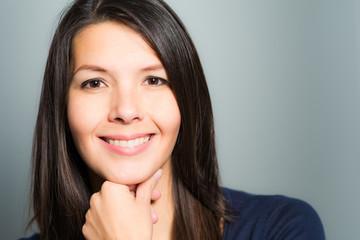Schöne Frau mit einem reizenden freundlichen Lächeln