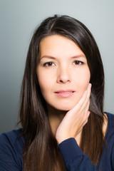 Nachdenkliche attraktive Frau mit einem freundlichen Gesicht