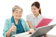 パソコンを学ぶ笑顔の高齢者