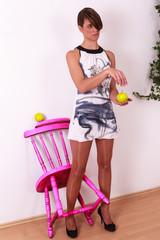Schöne Junge Frau mit modischen Minikleid