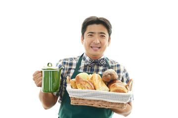 パンを運ぶ笑顔のウェイター