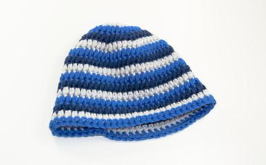 gehäkelte Mütze mit blauen Streifen