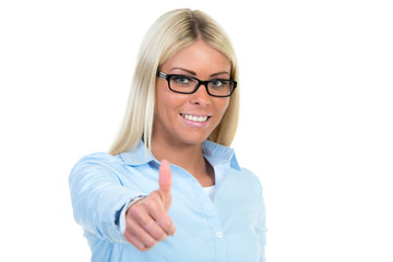 frau mit brille zeigt daumen hoch