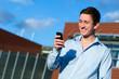 glücklicher Student mit Smartphone