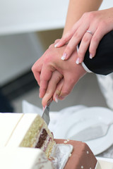 Hochzeitstorte gemeinsam anschneiden