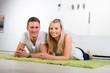 glückliches paar in ihrem wohnzimmer