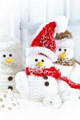 Drei Deko-Schneemänner